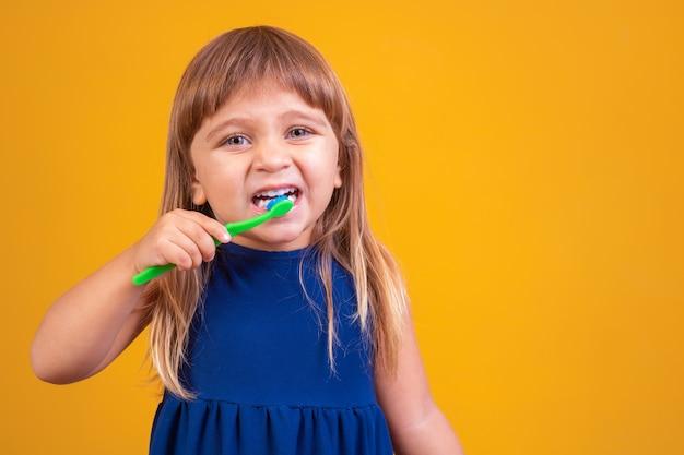 Гигиена полости рта. счастливая девушка чистит зубы