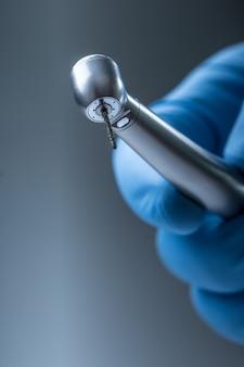 歯科用器具。デンタ高速タービン。ハンドピース付きの歯科用ダイヤモンドシリンダーバー。