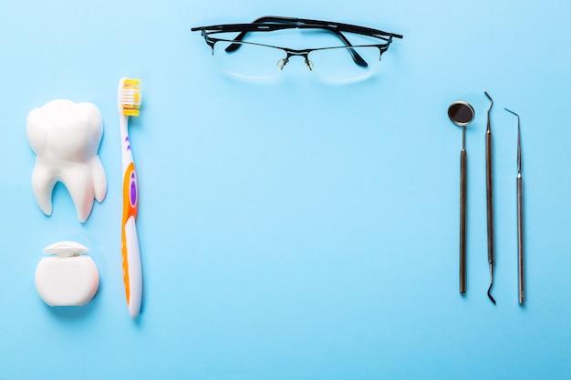 Стоматологические инструменты на голубом фоне
