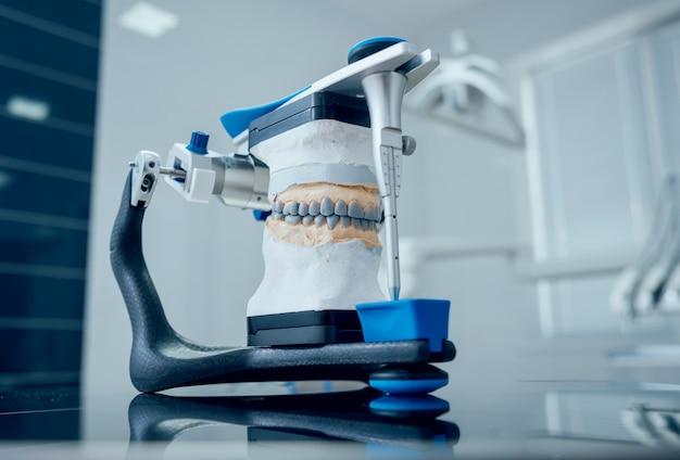 歯科技工士が歯科技工所で咬合器を操作