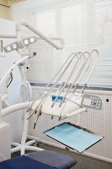医療歯科医院の歯科用ツールおよび機器。歯科医院の補綴医院。歯科検診と治療の歯の概念。コピースペース