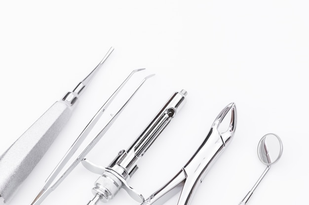 白い背景に歯科用具および装置。