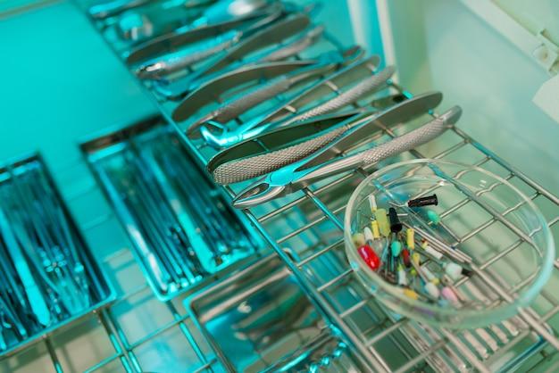 Стоматологические инструменты и насадки в размытом фоне