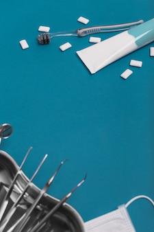 Стоматологические инструменты на синем фоне