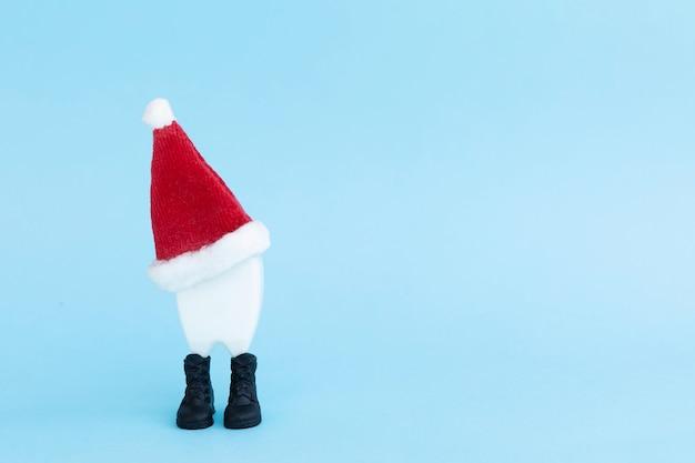 サンタクロースの帽子、ツールの歯。新年、歯科のクリスマス
