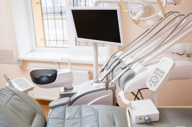 Стоматологический аппарат для пациентов. рабочее место профессионального стоматолога. здоровые зубы. стоматологический кабинет, в котором никого нет