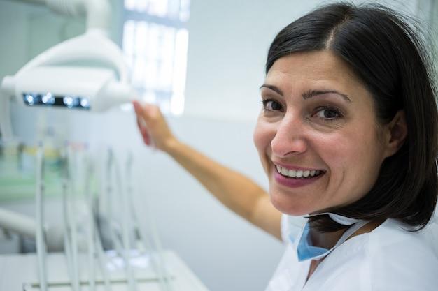 Стоматолог регулирует свет