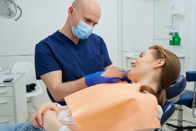 Стоматолог и пациентка в кабинете стоматолога