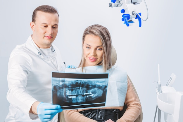 表面の医療機器と相談して治療を選択する歯科医と患者