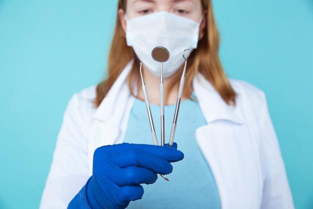 Прием стоматолога, стоматологические инструменты и концепция осмотра стоматолога-гигиениста с моделью зубов