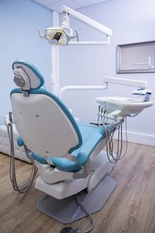Стул стоматолога с медицинским оборудованием в клинике