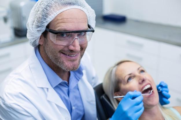 치과 도구를 가진 여자를 검사