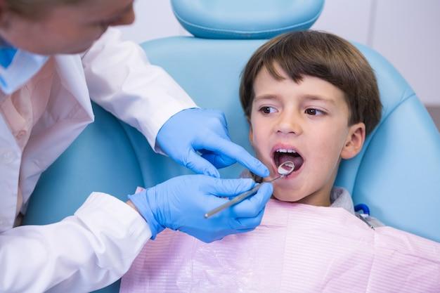 クリニックで男の子を診察する歯科医