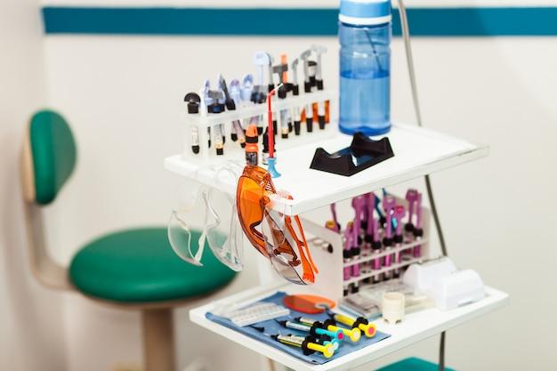 棚の上の歯科医のメガネ