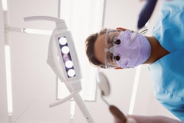 Стоматолог, холдинг стоматологические инструменты