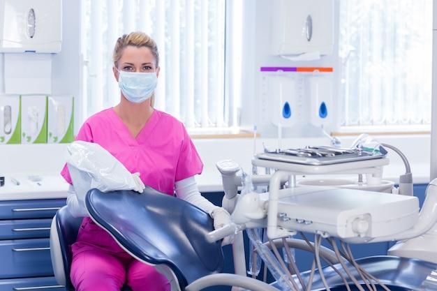 歯科医、ピンク、スクラブ、カメラ、椅子、横に、見る