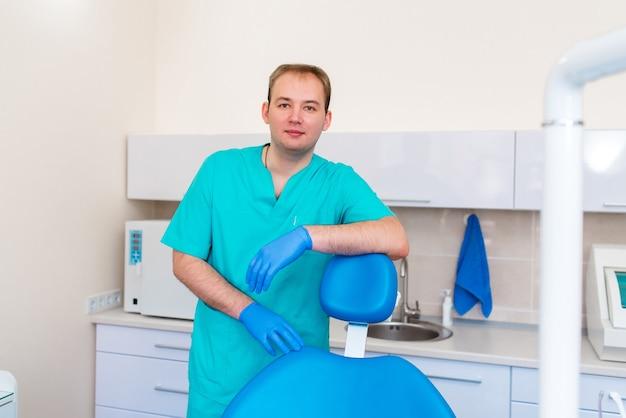Стоматолог на рабочем месте.