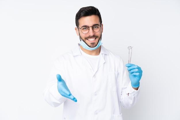 ツールを保持している歯科医の男は、かなりの後にハンドシェイクを分離しました
