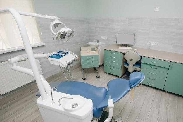 치과 의사 사무실, 치과 위생, 치과 의사의 의자. 현대 치과 연습