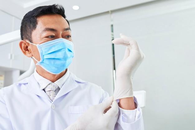 라텍스 장갑을 끼고 치과 의사