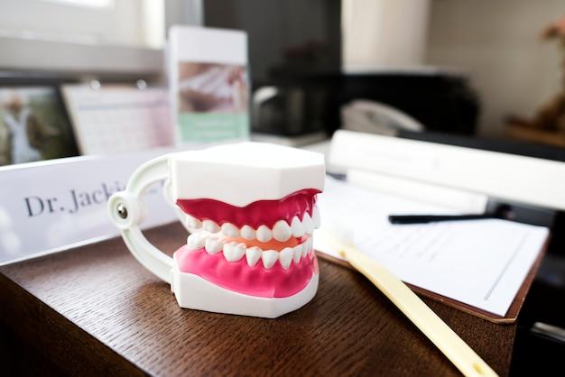 歯科医の机