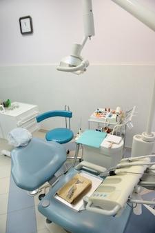 Рабочее место стоматолога в стоматологическом кабинете, аксессуары
