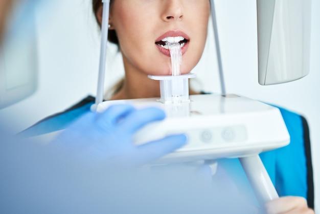 患者の歯のパノラマデジタルx線を撮る歯科医
