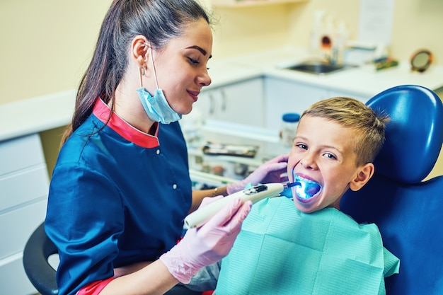 現代のクリニックで歯を治療し、虫歯を埋める歯科医