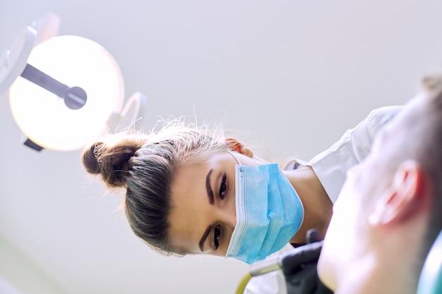 치과 진료소에서 환자에게 치아를 치료하는 치과 의사