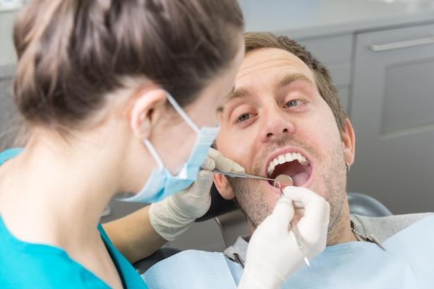 患者さんと歯医者さん。
