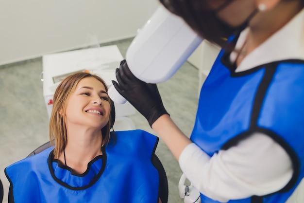 歯科医は、口腔内で歯科用重合ランプを使用しています。