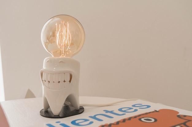 子供のための歯科医の診察室。電球ランプ。