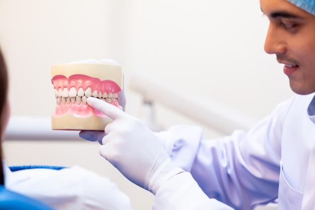 歯科および歯のヘルスケア。アジアの患者のための歯科医の健康診断の歯。医師のライフスタイルと歯科医院での作業。