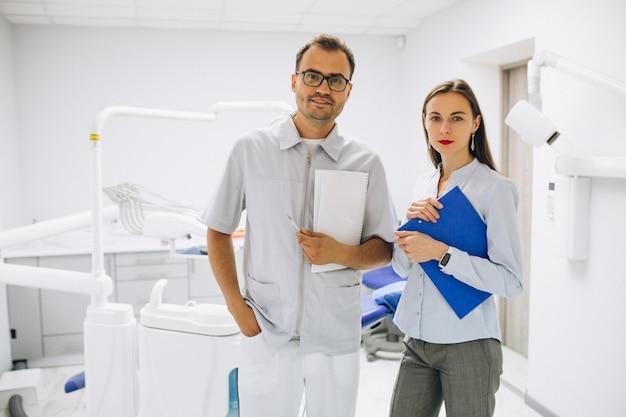 Стоматологическая команда в офисе