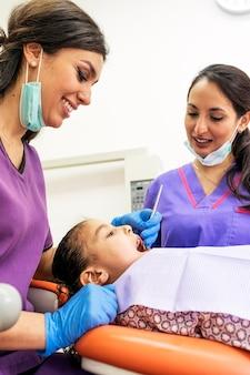 患者への歯科介入中の歯科医。歯科医の概念