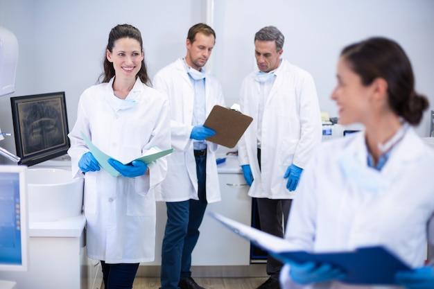 Стоматологи взаимодействуют друг с другом