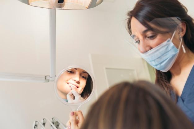 Стоматологи с пациентом во время стоматологического вмешательства. медицинская концепция.