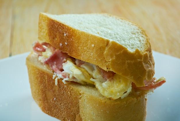 Денверский сэндвич состоит из денверского омлета, состоящего как минимум из ветчины, лука, зеленого перца и омлета.