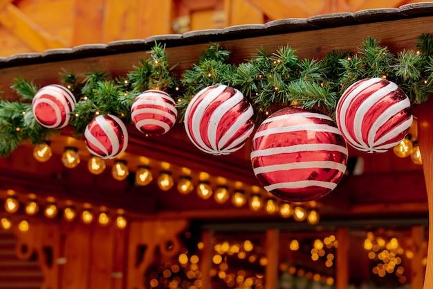 クリスマスツリーdeocration、ヴロツワフ、ポーランドの市場でつまらない