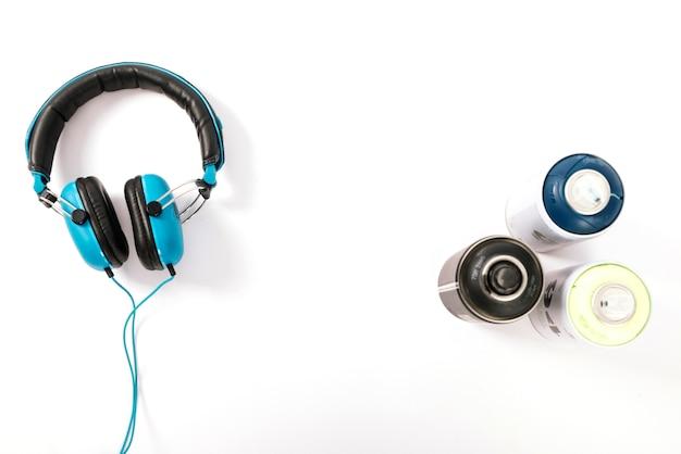 탈취제 병 및 흰색 배경에 헤드폰