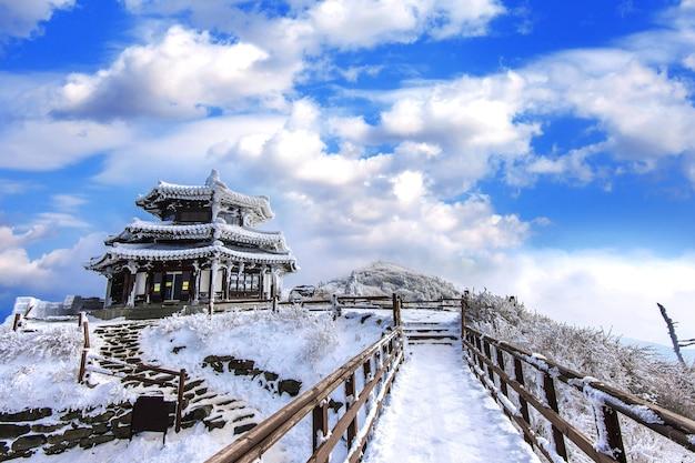 덕유산은 겨울에 눈으로 덮여있다.