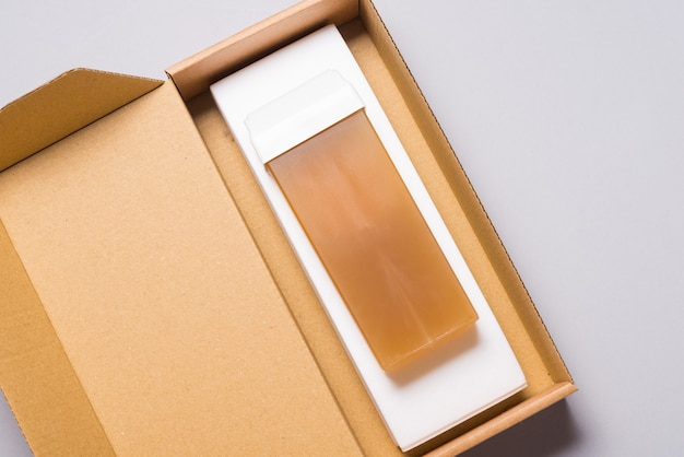 골판지 상자에있는 탈모 왁스 카트리지 및 종이 시트