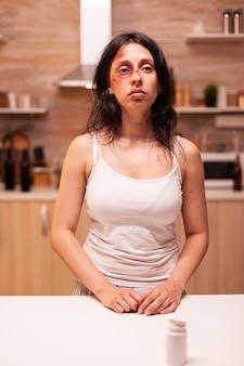 Подавленная насилием женщина из-за жестокого мужа-алкоголика в доме