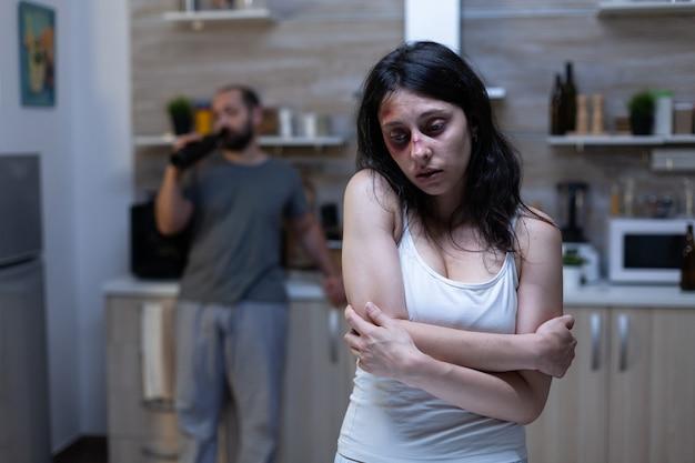 가정 폭력의 희생자가 된 우울한 멍이 든 여성