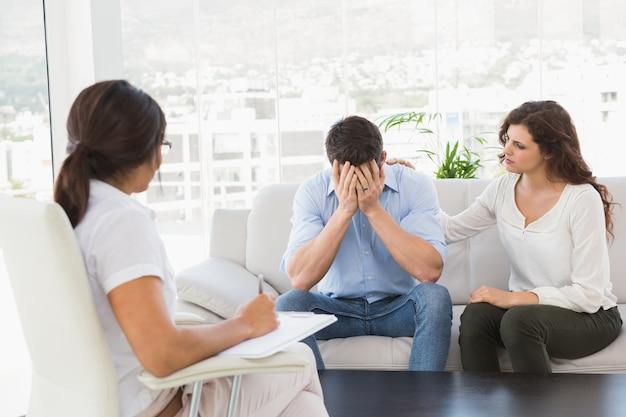그들의 치료 전문가와 우울 된 커플