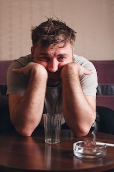 激しい飲酒後の落ち込んだ男