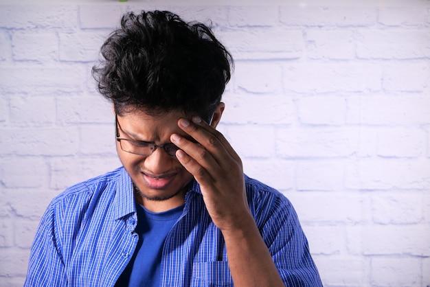 うつ病の男性は気分が悪く、経済的な問題を心配しています。
