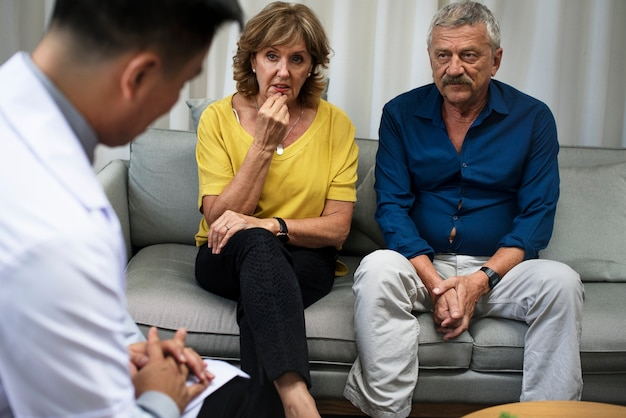 うつ病患者は心理学者から治療を受けている