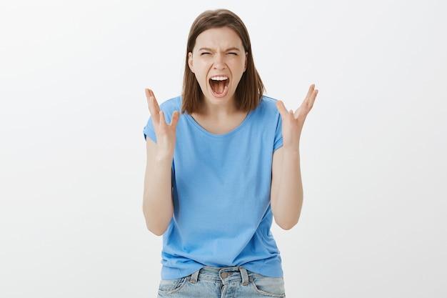 Giovane donna depressa e stressata che urla, sentendosi stufo e odioso, urlando