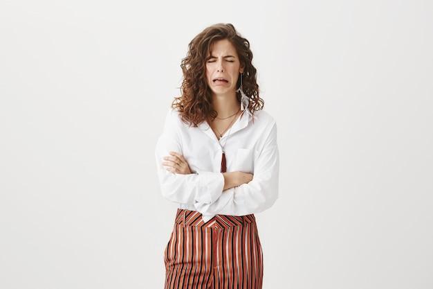 Подавленная женщина плачет, имея психический срыв